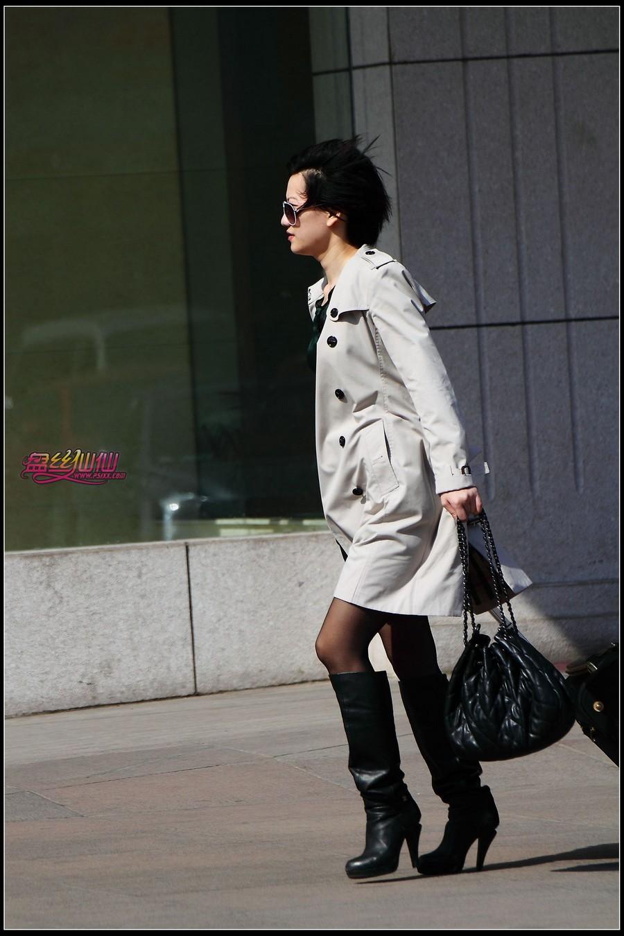 美女走路掉鞋_刚下飞机的长靴黑丝_盘丝仙仙 - 美丝街拍视频网